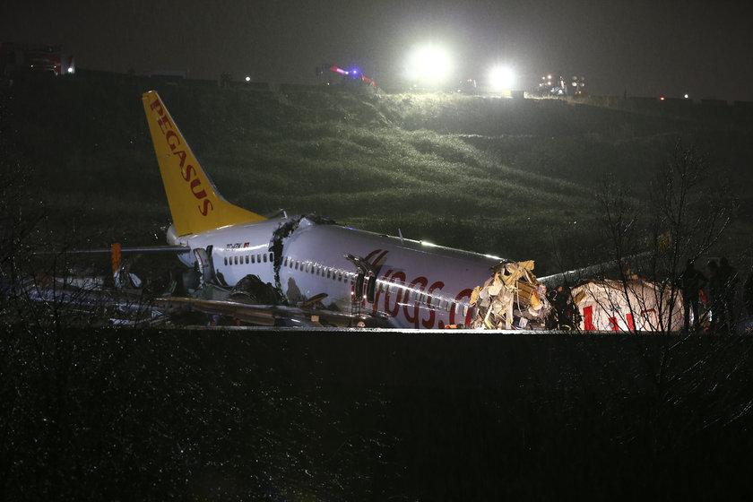 <p>Sabiha Gökçen Uluslararası Havalimanı'na iniş yapan bir uçak pistten çıktı. Alınan bilgiye göre, İzmir-İstanbul seferini yapan Pegasus Havayolları'na ait uçak, inişten sonra Sabiha Gökçen Havalimanı'nda pistten çıktı.</p>