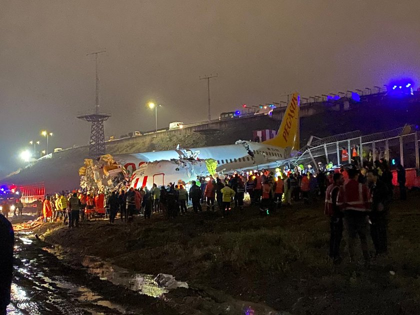 <p><strong>THY, SABİHA GÖKÇEN HAVALİMANI TÜM SEFERLERİNİ DURDURDU</strong></p>\n<p>Türk Hava Yolları (THY),yaşanan kaza nedeniyle bugünkü Sabiha Gökçen Havalimanı kalkışlı ve varışlı tüm seferlerini iptal etti. THY Basın Müşavirliğinden yapılan açıklamada, İstanbul Sabiha Gökçen Havalimanı'nda özel hava yolu şirketine ait bir uçağın pistten çıkması nedeniyle ilgili meydanda uçuş operasyonlarının havacılık otoritesi tarafından ikinci bir bildirime kadar durdurulduğu anımsatıldı.</p>