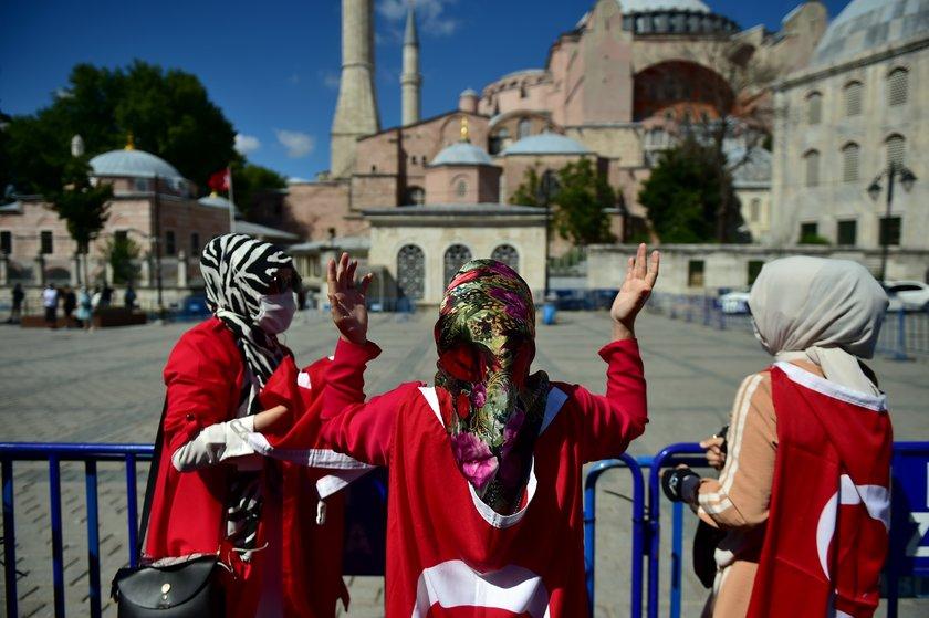 <p>Danıştay kararı sonrası vatandaşların Ayasofya önünde toplanmaları başladı.</p>