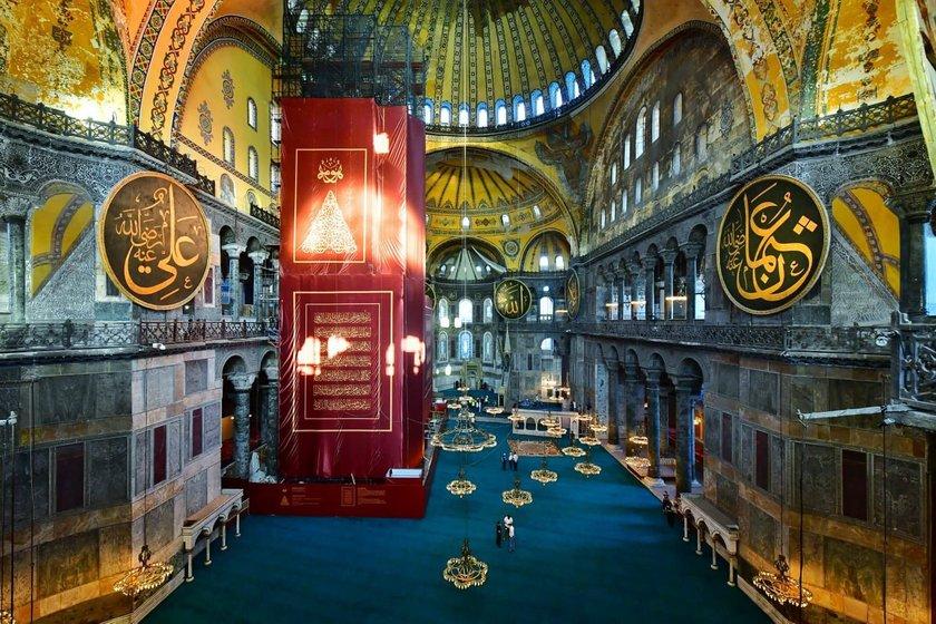<p>İstanbul Valisi Ali Yerlikaya, 86 yıl sonra yeniden ibadete açılacak Ayasofya-i Kebir Cami-i Şerifi'nde açılış için hazırlıkların tamamlandığını belirterek, cami içinden fotoğraf paylaştı.</p>