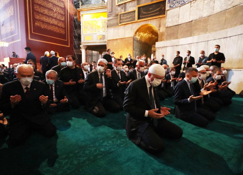 <p>Cumhurbaşkanı Erdoğan, cami içinde Kur'an-ı Kerim okudu. Erdoğan, Fatiha suresini ve Bakara suresinin ilk 5 ayetini okudu.</p>