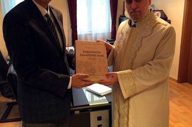 BAŞMÜFTÜ DR. HACI'DAN ÜNİVERSİTE KÜTÜPHANESİNE KİTAP HEDİYESİ