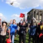 137 ÜLKEDEN 200 ÖĞRENCİ AİZONAİ'DE 'BARIŞ GÜVERCİNİ' UÇURDU