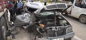 Burdur'da otomobil park halindeki tıra çarptı: 3 yaralı