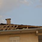 Eleşkirt'te şiddetli rüzgar çatı uçurdu