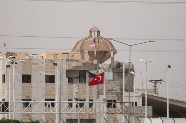 """PYD """"karargahı""""na ABD bayraklarının asılması"""