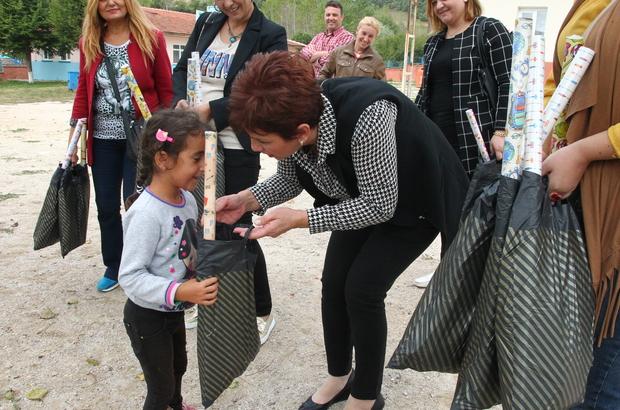 AK Partiden öğrencilere kırtasiye yardımı