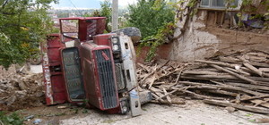 Hafriyat yüklü kamyon evin duvarına çarparak devrildi