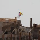 """Suriyeliler """"PYD'nin bayrak oyununa"""" tepkili"""