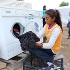 Mevsimlik tarım işçilerine çamaşır makinesi hediyesi