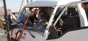 Kütahya'da minibüs duvara çarptı: 2 yaralı