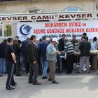 Anadolu Gençlik Derneğinden aşure dağıtımı