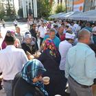 Kumluca Belediyesi Cumhuriyet Meydanı'nda aşure dağıttı