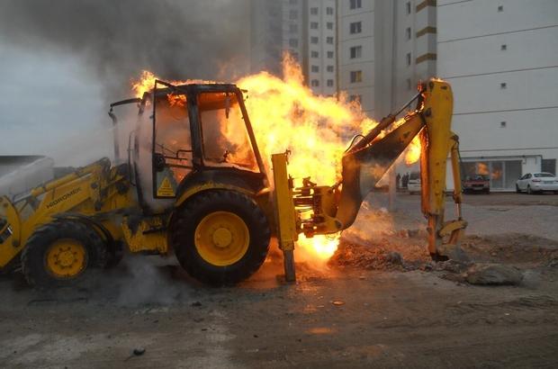 Doğalgaz borusunu patlatan iş makinesi yandı