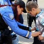 Polisten öğrencilere giyim yardımı