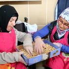 Çankırı'da engellilerin yaptığı aşureyi belediye başkanı dağıttı