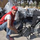 Savaşın engelli bıraktığı 100 sığınmacıya tekerlekli sandalye