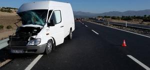 Burdur'da traktörle minibüs çarpıştı: 1 ölü