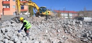 Yüksekova'da yıkım çalışmaları sürdürülüyor