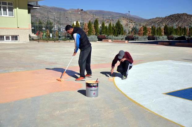 Çocuklar için gönüllü olarak boyacılık yapıyorlar