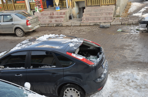 Muş'ta kar kütlesi otomobillerin üzerine düştü