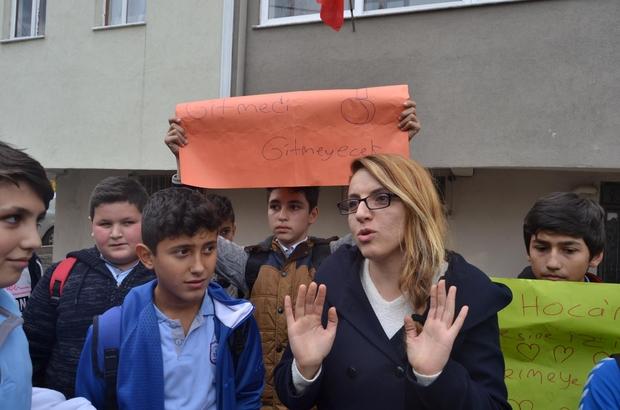 Öğretmenleri için evinin önünde eylem yaptılar