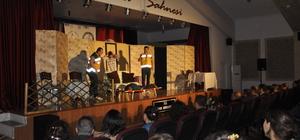 """Arguvan'da """"Ölümsüz Komedi"""" tiyatro oyunu sahnelendi"""