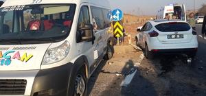 Servis minibüsüyle otomobil çarpıştı: 6 yaralı