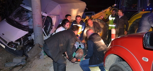 Antalya'da kamyonet direğe çarptı: 2 yaralı
