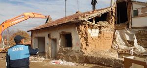 Karakeçili Belediyesi tehlikeli yapıları yıkıyor