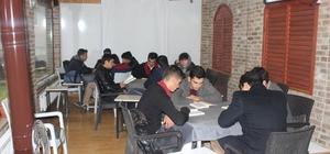 Karaman'da gençler kıraathanelerde buluşup kitap okuyor