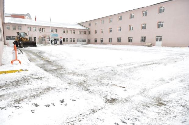 Yakutiye belediyesi, okul bahçelerinin karını aldı