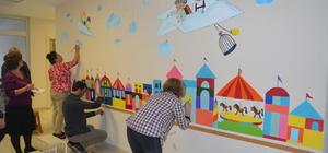 Minik hastalar, hastane duvarlarına resim yapıyor