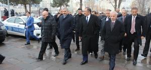 Bakan Özhaseki çarşı esnafını ziyaret etti, pastırma yedi