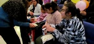 Çeşme'de üniversite öğrencileri, engelli çocuklara el uzattı