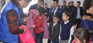 Ağrı'da öğrencilere kışlık giysi yardımı