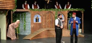 Tiyatro sahnesinde evlilik teklifi