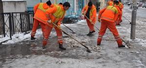 Kars Belediyesi kaldırım ve caddelerin buz ve karını temizliyor