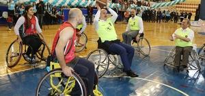 Belediye başkanı tekerlekli sandalye ile basketbol oynadı