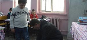 AK Parti'den öğrencilere kışlık ayakkabı yardımı
