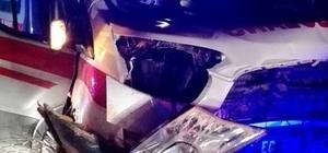 Ambulans toprak birikimine çarptı: 3 yaralı
