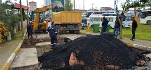 Körfez Belediyesi, bozulan yollara asfalt yama çalışması yapıyor
