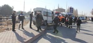 Lokomotif öğrenci servisiyle çarpıştı: 14 yaralı