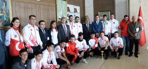 Bitlisli sporcular Vali Çınar'ı ziyaret etti