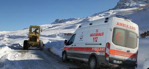 Hasta almaya giden ambulans karda mahsur kaldı