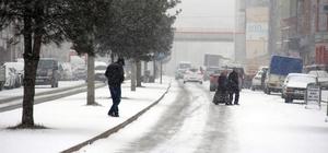 Karabük'te kar sürücülere zor anlar yaşattı