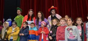 """Bozüyük'te çocuk tiyatroları rüzgarı """"Masallar Diyarının Kayıp Kahramanları"""" ile devam etti"""