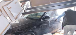 Yoldan çıkan otomobil iş yerine girdi: 1 yaralı