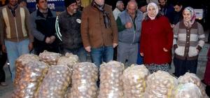 Belediye personeline birer çuval patates hediye edildi