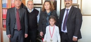 Didim'de masa tenisinde il birincisi Betül ödüllendirildi